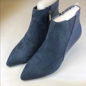 (p255) Women's Bandolino Ankle Boot Size 7 M, Navy